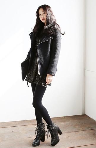 Comment porter: veste motard en laine noire, robe-pull noire, bottines à lacets en cuir noires, pochette en cuir matelassée noire
