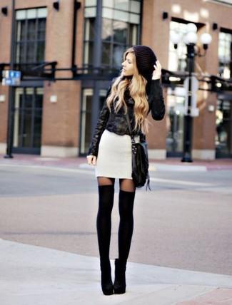 Pense à harmoniser une veste motard en cuir noire avec une robe-pull blanche pour un déjeuner le dimanche entre amies. Une paire de des bottines en daim noires apportera une esthétique classique à l'ensemble.