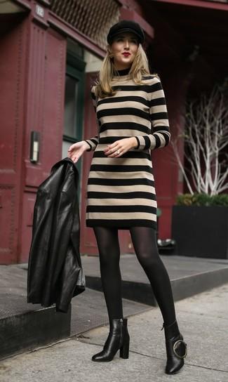Comment porter: veste motard en cuir noire, robe-pull à rayures horizontales marron clair, bottines en cuir noires, casquette plate noire