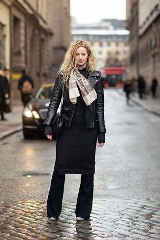 Comment porter une robe-pull noire: Pense à harmoniser une robe-pull noire avec un pantalon flare noir pour obtenir un look relax mais stylé. Une paire de des bottines en cuir beiges est une option avisé pour complèter cette tenue.