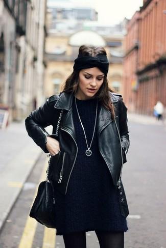 Comment porter: veste motard en cuir noire, robe-pull bleu marine, sac bandoulière en cuir noir, bandeau en tricot noir