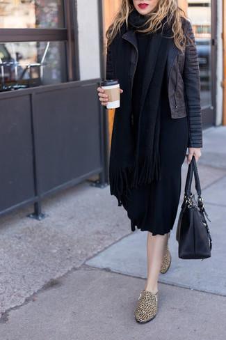 Pense à harmoniser une robe-pull noire femmes Maison Margiela avec une veste motard en cuir matelassée noire pour achever un style chic et glamour. Une paire de des slippers en cuir imprimés léopard bruns clairs est une façon simple d'améliorer ton look.