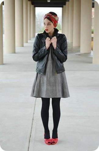 Comment porter des sandales à talons en cuir rouges au printemps: Pense à harmoniser une veste motard en cuir noire avec une robe trapèze grise pour affronter sans effort les défis que la journée te réserve. Une paire de des sandales à talons en cuir rouges est une option astucieux pour complèter cette tenue. On adore cette tenue pour pour les journées printanières.