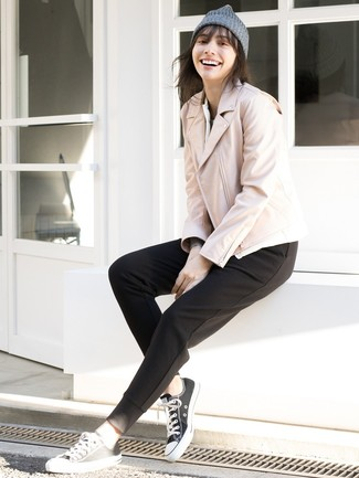 Comment porter: veste motard en cuir rose, pantalon de jogging noir, baskets basses en toile noires et blanches, bonnet gris