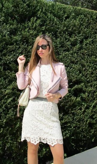 Associer une veste motard avec une robe de cocktail en crochet blanche est une option confortable pour faire des courses en ville.