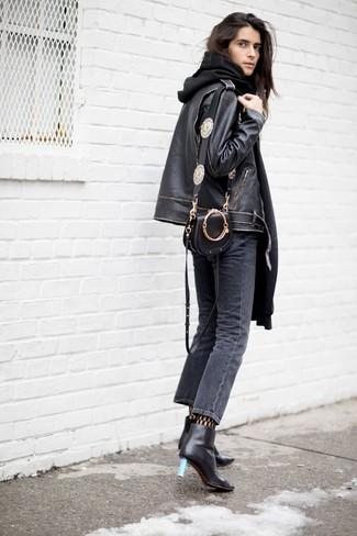 """Si tu es une fille plutôt """"jean t-shirt"""", tu vas aimer le combo simple d'un pull et d'un jean gris foncé. D'une humeur audacieuse? Complète ta tenue avec une paire de des bottines en cuir noires."""