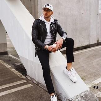 Tendances mode hommes: Associer une veste motard en cuir noire avec un jean noir est une option confortable pour faire des courses en ville. Une paire de baskets basses en toile blanches et noires est une option astucieux pour complèter cette tenue.