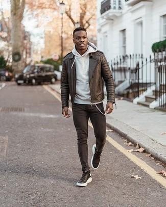 Comment porter des chaussettes grises: Essaie d'associer une veste motard en cuir matelassée noire avec des chaussettes grises pour une tenue relax mais stylée. Complète cet ensemble avec une paire de des baskets basses en cuir noires et blanches pour afficher ton expertise vestimentaire.