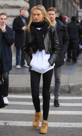 Comment porter: veste motard en cuir noire, sweat à capuche blanc, leggings noirs, baskets montantes en cuir marron clair