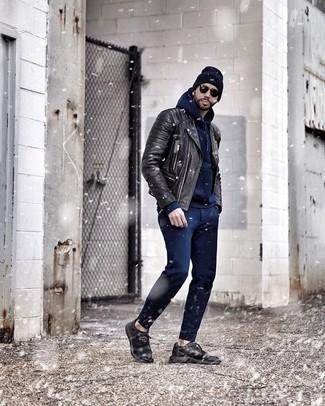 Comment porter un bonnet bleu marine: Essaie d'associer une veste motard en cuir noire avec un bonnet bleu marine pour un look confortable et décontracté. Jouez la carte classique pour les chaussures et choisis une paire de des chaussures de sport noires.