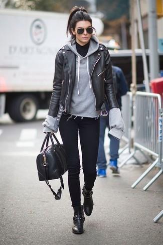 Une veste motard en cuir noire et un jean skinny noir sont un choix de tenue idéale à avoir dans ton arsenal. Opte pour une paire de des bottines en cuir noires pour afficher ton expertise vestimentaire.