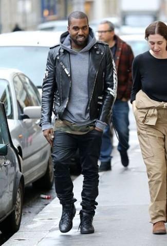 Tenue de Kanye West: Veste motard en cuir noire, Sweat à capuche gris, T-shirt à col rond camouflage olive, Jean noir