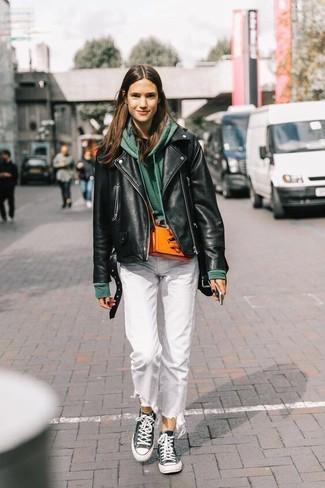 Comment porter: veste motard en cuir noire, sweat à capuche vert foncé, t-shirt à col rond noir, jean blanc