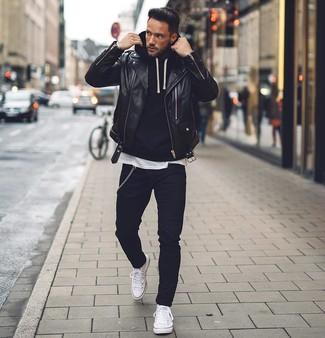 Comment porter: veste motard en cuir noire, sweat à capuche noir, t-shirt à col rond blanc, jean skinny noir