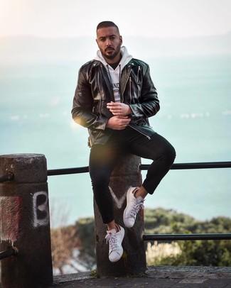 Comment porter: veste motard en cuir noire, sweat à capuche imprimé blanc et noir, t-shirt à col rond noir, jean skinny noir