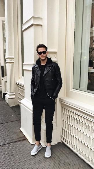 Comment porter un sweat à capuche noir: Essaie d'associer un sweat à capuche noir avec un pantalon chino noir pour un look de tous les jours facile à porter. Une paire de des baskets à enfiler en toile bleu clair est une option génial pour complèter cette tenue.