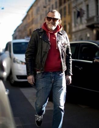 Comment porter un pull rouge: Essaie d'associer un pull rouge avec un jean déchiré bleu pour une tenue idéale le week-end. Une paire de des baskets basses en toile noires et blanches est une façon simple d'améliorer ton look.