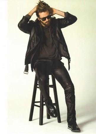 Comment porter: veste motard en cuir noire, sweat à capuche noir, t-shirt à col rond noir, jean en cuir noir
