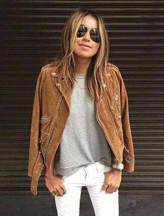 Comment porter: veste motard en daim marron, sweat-shirt gris, jean skinny blanc, lunettes de soleil noires