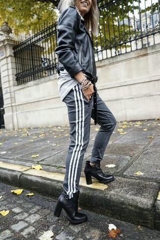 Essaie d'harmoniser une veste motard en cuir noire avec un pantalon de jogging gris pour une impression décontractée. Fais d'une paire de des bottines en cuir noires ton choix de souliers pour afficher ton expertise vestimentaire.