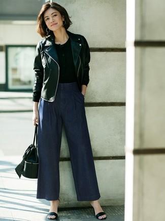 Comment porter: veste motard en cuir noire, t-shirt à col boutonné noir, pantalon large en denim bleu marine, sandales à talons en cuir noires