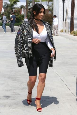 Comment porter: veste motard en cuir à clous noire, t-shirt à col boutonné blanc, short cycliste noir, sandales à talons en velours rouges
