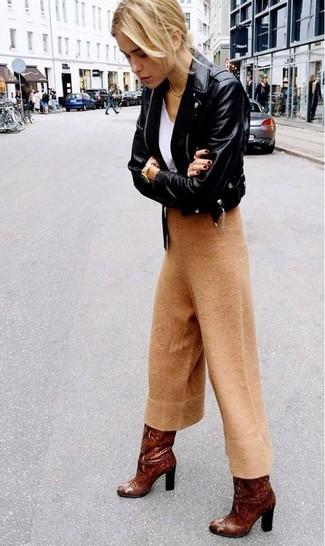 Comment porter des bottes hauteur genou en cuir marron: Pense à porter une veste motard en cuir noire et une jupe-culotte en laine marron clair pour une tenue relax mais stylée. Jouez la carte classique pour les chaussures et choisis une paire de des bottes hauteur genou en cuir marron.