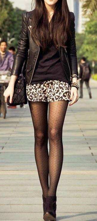 Essaie d'harmoniser une veste motard en cuir noire avec une minijupe imprimée léopard brune claire pour un déjeuner le dimanche entre amies. D'une humeur créatrice? Assortis ta tenue avec une paire de des bottines en daim noires.