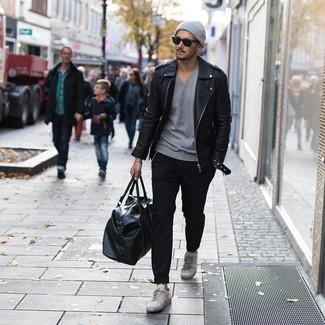 Comment porter: veste motard en cuir noire, t-shirt à col en v gris, pantalon chino noir, baskets basses en cuir grises