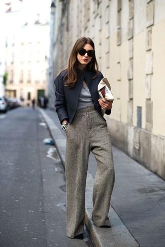 Comment porter: veste motard en laine noire, t-shirt à col en v gris, pantalon large en laine marron, escarpins en daim noirs