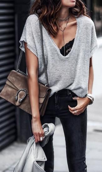 Comment porter: veste motard en cuir grise, t-shirt à col en v gris, top de bikini en dentelle noir, jean skinny noir