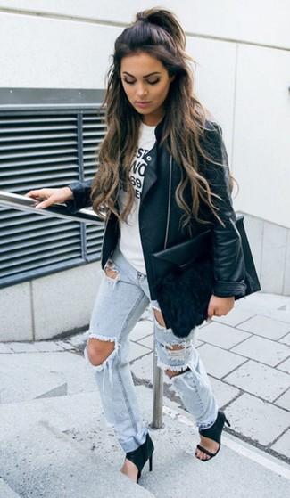 Comment porter: veste motard en cuir noire, t-shirt à col rond imprimé blanc et noir, jean boyfriend déchiré bleu clair, sandales à talons en cuir noires