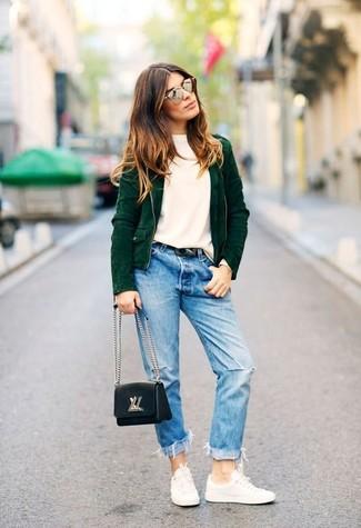 Associe une veste motard avec un jean boyfriend déchiré bleu clair pour créer un look génial et idéal le week-end. Apportez une touche d'élégance à votre tenue avec une paire de des baskets basses blanches.