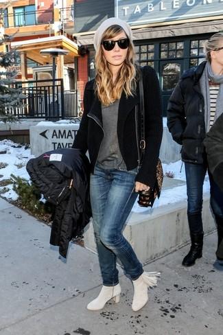 Comment porter: veste motard en laine noire, t-shirt à col rond gris, jean bleu marine, bottines en daim à franges grises