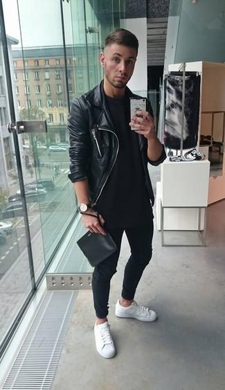 Comment porter: veste motard en cuir noire, t-shirt à col rond noir, jean noir, baskets basses en cuir blanches
