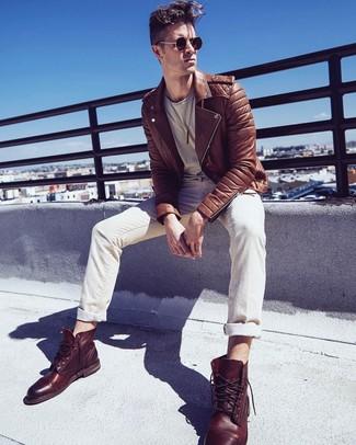 Comment porter: veste motard en cuir marron, t-shirt à col rond beige, jean beige, bottes de loisirs en cuir marron