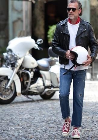Comment porter: veste motard en cuir noire, t-shirt à col rond blanc, jean déchiré bleu, baskets basses rouge et blanc