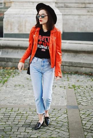 Comment porter: veste motard en cuir rouge, t-shirt à col rond imprimé noir, jean bleu clair, slippers en cuir noirs