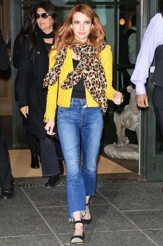 Comment porter: veste motard en cuir jaune, t-shirt à col rond noir, jean bleu, escarpins en daim noirs