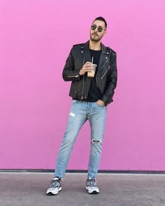 Comment porter: veste motard en cuir noire, t-shirt à col rond noir, jean déchiré bleu clair, chaussures de sport grises
