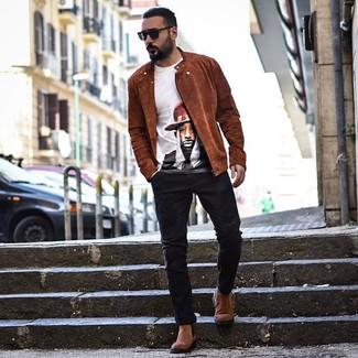 Comment porter: veste motard en daim tabac, t-shirt à col rond imprimé blanc, jean noir, bottines chelsea en daim marron