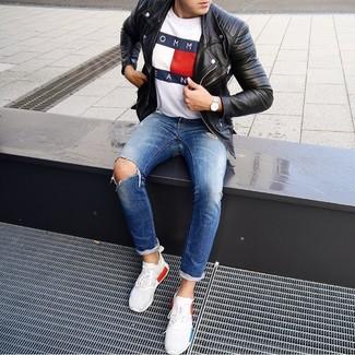 Comment porter: veste motard en cuir noire, t-shirt à col rond imprimé blanc, jean déchiré bleu, chaussures de sport blanches