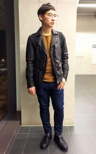 Comment porter des monks en cuir noirs: Porte une veste motard en cuir noire et un jean bleu marine pour affronter sans effort les défis que la journée te réserve. Assortis cette tenue avec une paire de des monks en cuir noirs pour afficher ton expertise vestimentaire.