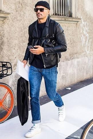 Comment porter des chaussettes blanches: Essaie d'harmoniser une veste motard en cuir noire avec des chaussettes blanches pour un look confortable et décontracté. Habille ta tenue avec une paire de des baskets basses en cuir blanches.