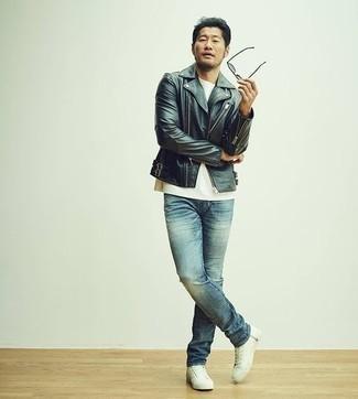 Comment s'habiller pour un style decontractés: Pour une tenue de tous les jours pleine de caractère et de personnalité associe une veste motard en cuir noire avec un jean bleu. Une paire de des baskets basses en toile blanches est une option génial pour complèter cette tenue.