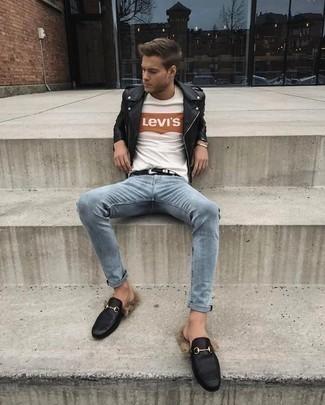 Comment porter des slippers en cuir noirs: Opte pour une veste motard en cuir noire avec un jean bleu clair pour un déjeuner le dimanche entre amis. Fais d'une paire de des slippers en cuir noirs ton choix de souliers pour afficher ton expertise vestimentaire.