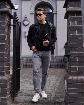 Comment porter un t-shirt à col rond noir: Pense à porter un t-shirt à col rond noir et un jean gris pour affronter sans effort les défis que la journée te réserve. Cette tenue est parfait avec une paire de des baskets basses en toile blanches.