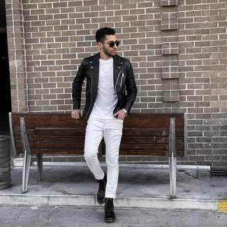 Tendances mode hommes: Associe une veste motard en cuir noire avec un jean blanc pour un déjeuner le dimanche entre amis. D'une humeur audacieuse? Complète ta tenue avec une paire de bottes de loisirs en cuir noires.