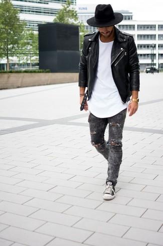 Comment porter: veste motard en cuir noire, t-shirt à col rond blanc, jean skinny déchiré gris foncé, baskets basses gris foncé