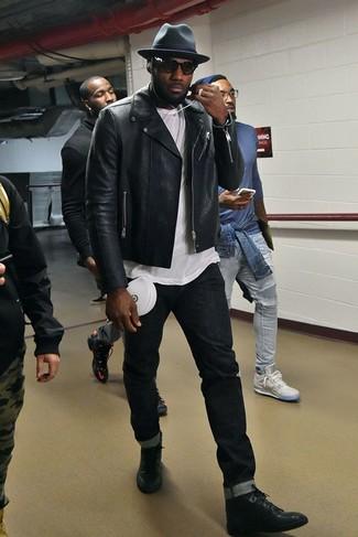 Comment porter: veste motard en cuir noire, t-shirt à col rond blanc, jean skinny noir, baskets montantes en cuir noires